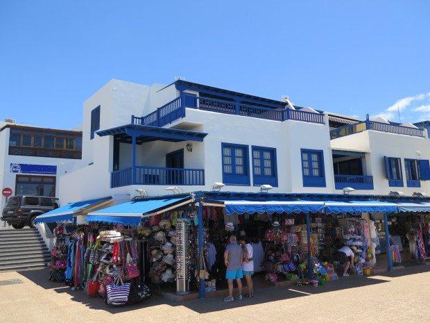 Geschäft an der Strandpromenade von Playa Blanca, Lanzarote / Copyright © Marion Hagedorn/Interdomizil