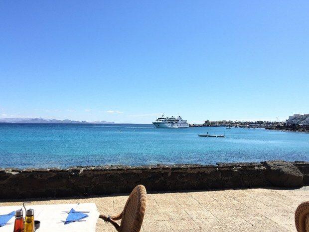 Blick aus einem Restaurant an der Strandpromenade von Playa Blanca, Lanzarote / Copyright © Marion Hagedorn/Interdomizil