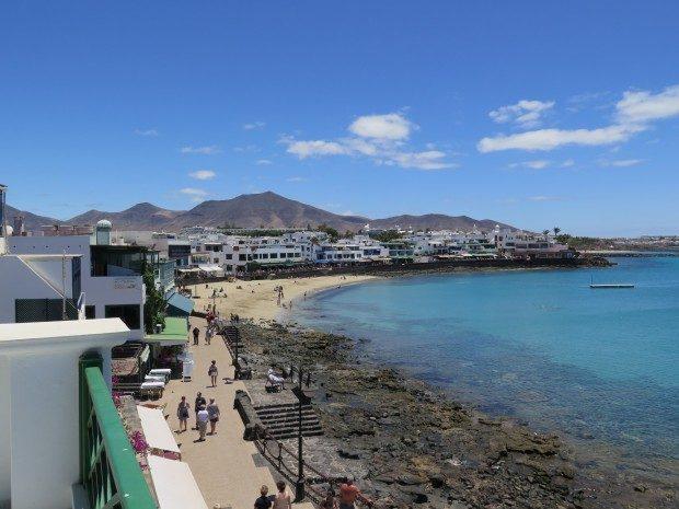 Blick von der Terrasse einer Ferienwohnung auf die Promenade von Playa Blanca / Copyright © Marion Hagedorn/Interdomizil