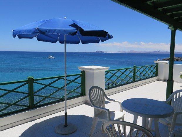 Toller Ausblick von der Terrasse einer Ferienwohnung direkt an der Promenade von Playa Blanca / Copyright © Marion Hagedorn/Interdomizil