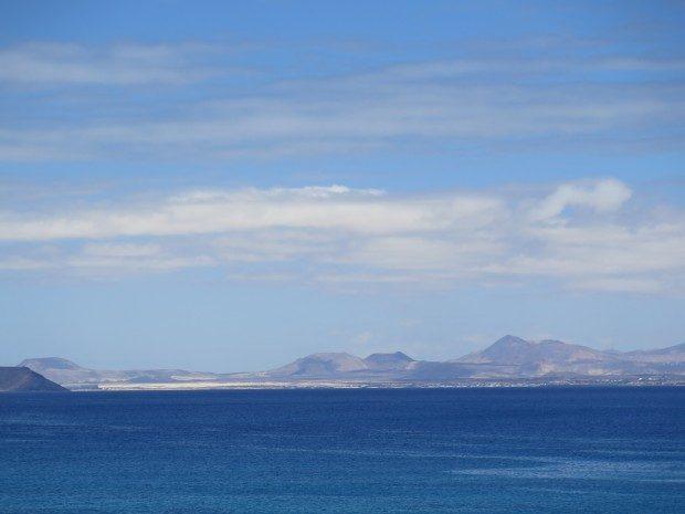 Ausblick von Playa Blanca aus auf die Nachbarinsel Fuerteventura Strand im Ort Playa Blanca / Copyright © Marion Hagedorn/Interdomizil