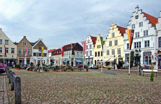Als wäre man in den Niederlanden: Marktplatz in Friedrichstadt - © Doris Rennekamp / pixelio.de (rkn)