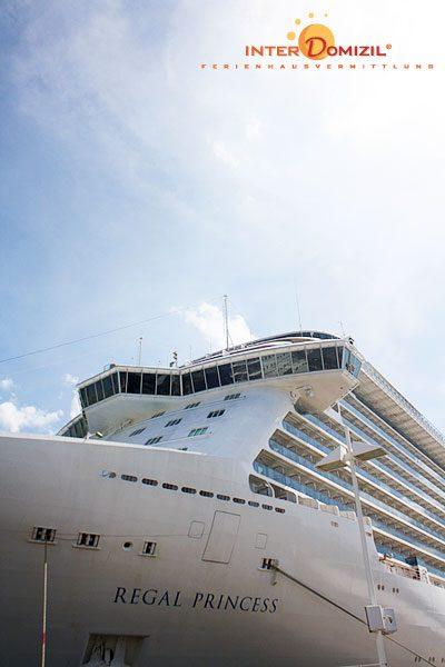 am Passagierkai in Warnemünde kommt man den Riesen der Meeres besonders nah - Foto © InterDomizil GmbH