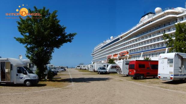 Parken bei den Großen - Wohnmobile auf der Mittelmole mit Blick auf benachbarte Kreuzfahrtschiffe - Foto: InterDomizil GmbH