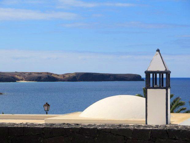 Ausblick aus einer Villa in der Nähe des Yachthafens Marina Rubicon auf die Südostküste und einen der Papageien-Strände / Copyright © Marion Hagedorn/InterDomizil