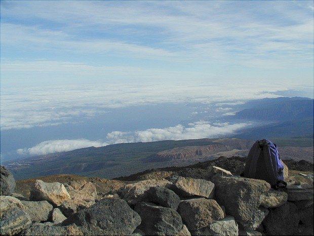 Blick vom Teide auf das Orotava Tal, über dem eine Wolkenschicht liegt / Copyright © Marion Hagedorn/Interdomizil