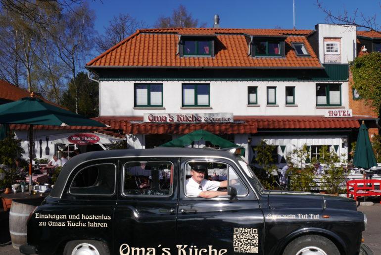 Taxi vor Restaurant Omas Küche