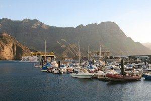 Boote im Hafen und die Fähre von Fred Olsen Lines, die mehrmals täglich nach Teneriffa übersetzt