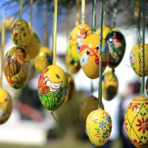 Bunt bemalte Eier stimmen auf Ostern ein // Bild: Pixabay (CC0)