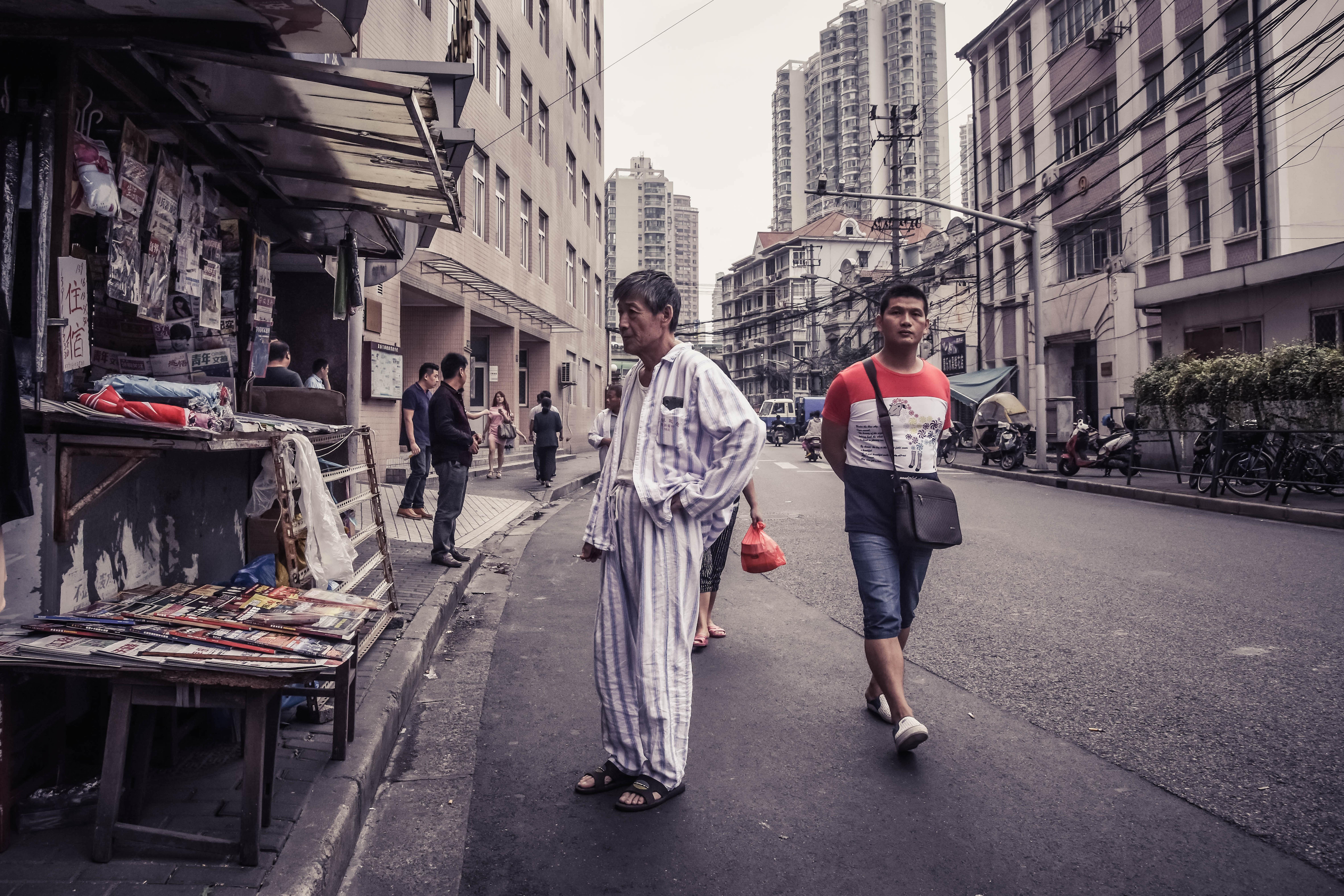 Mann im Pyjama vor Zeitungsstand