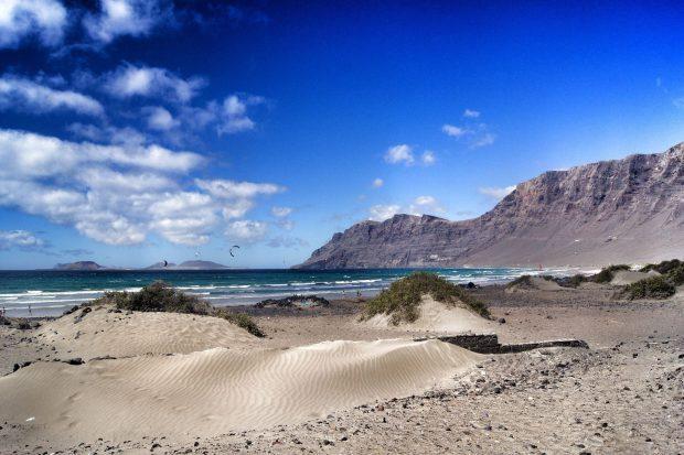 Urlaub im Winter auf den Kanaren - Famara-Strand auf Lanzarote // Bild: Pixabay (CC0)