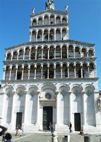 Die beeindruckende Marmorfassade der Kathedrale (© InterDomizil GmbH)