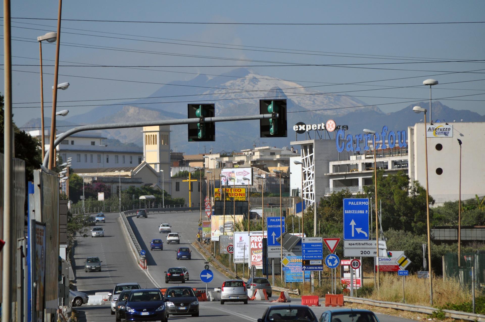 Die Stadt Milazzo mit Ätna im Hintergrund