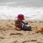 Mit dem Kind am Strand