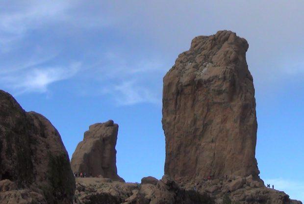 """""""Roque Nublo"""" und links daneben der """"Roque Rana"""" (Froschfelsen) - Copyright © Marion Hagedorn/InterDomizil"""