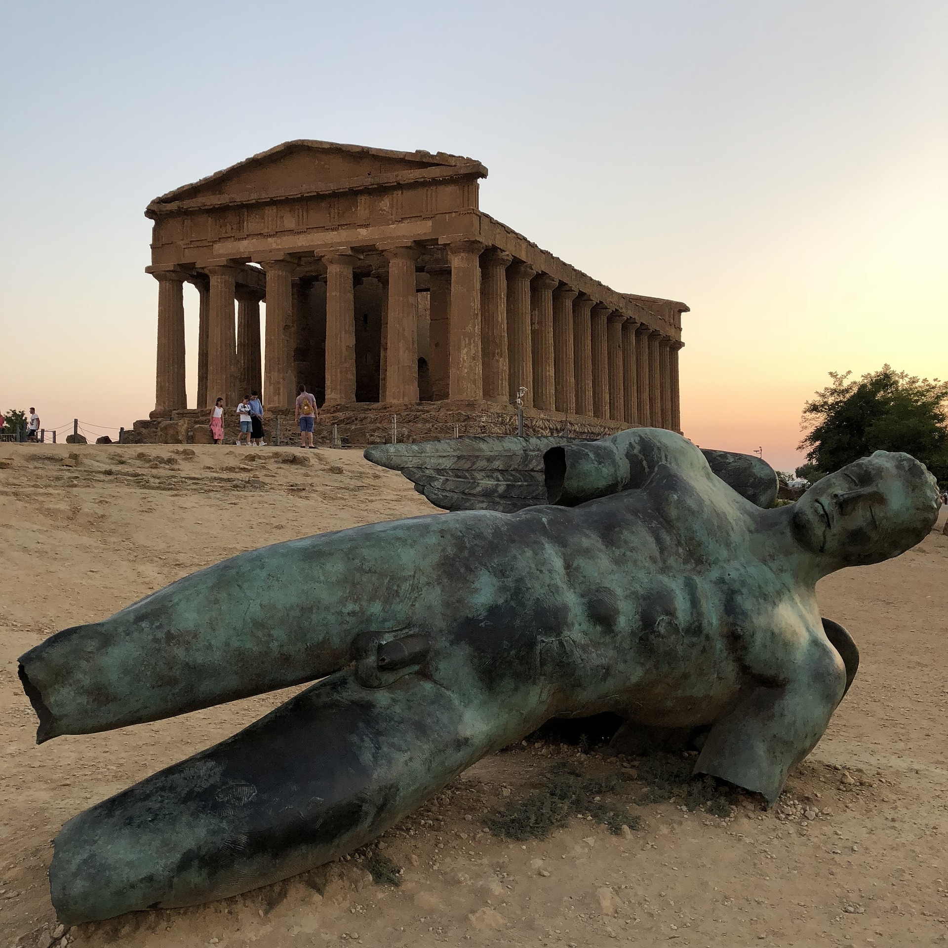 "Bronzeskulptur ""Sturz des Ikarus"" im Tal des Tempel"
