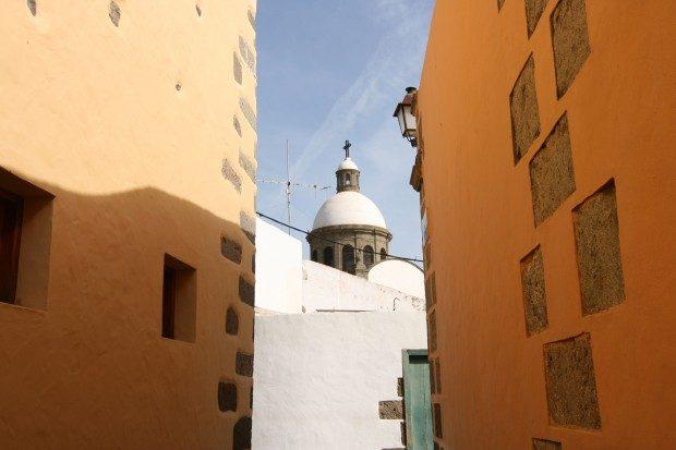 Gasse mit Blick auf die Kuppel der Pfarrkirche / Copyright © Marion Hagedorn/InterDomizil