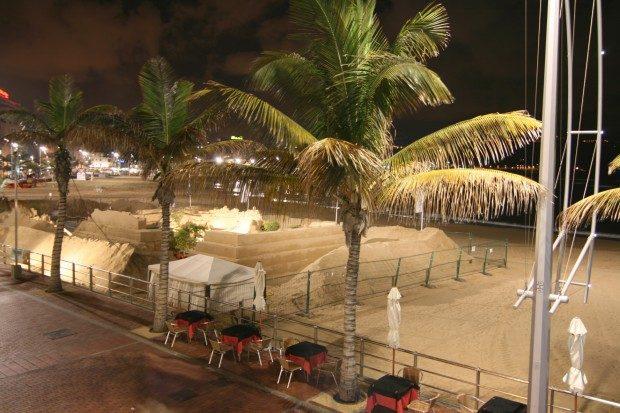 Beleuchtete Strandpromenade am Abend mit Sandfigurenausstellung zur Weihnachtszeit / Copyright © Marion Hagedorn/Interdomizil