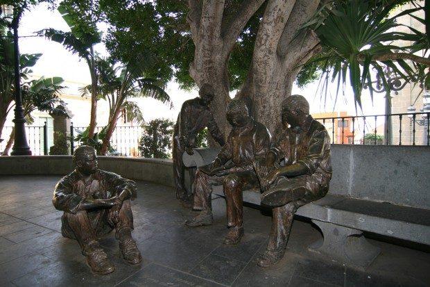 Gruppe von Männern aus Bronze auf dem Platz vor der Kirche / Copyright © Marion Hagedorn/InterDomizil